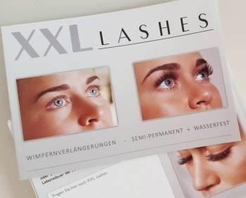 "100 Stk. Salonfolder ""XXL Lashes Wimpernverlängerung"" (A6, hochglanz, 6 Seiten)"