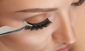 Magnetisch-selbstklebender Eyeliner im Set mit Bandwimpern - kombiniert beides: Eyeliner und Wimpernkleber in einem Produkt